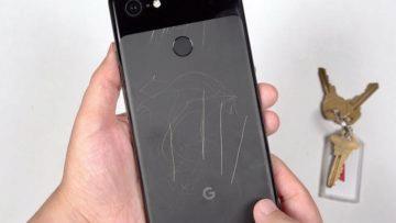 Škrábance na těle mobilu