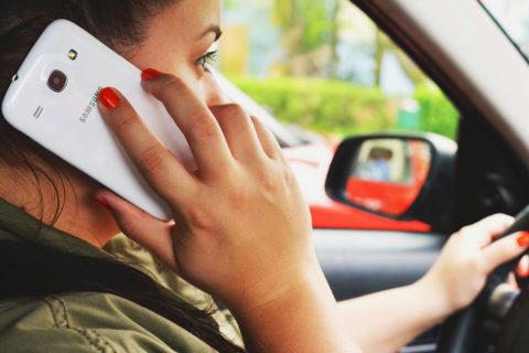 Používáte mobil při řízení auta?