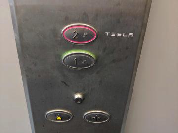 Tesla prodejna ČR druhée patro