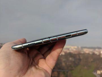 První dojmy ze Samsung Galaxy Fold ruka exteriér 3