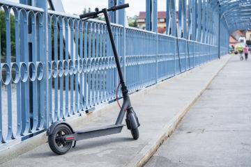 Xiaomi Mi Scooter Pro na chodníku