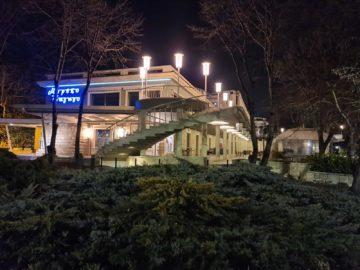 Samsung Galaxy S20 Ultra noční budova