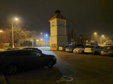 Samsung Galaxy Fold foto primární parkoviště v noci
