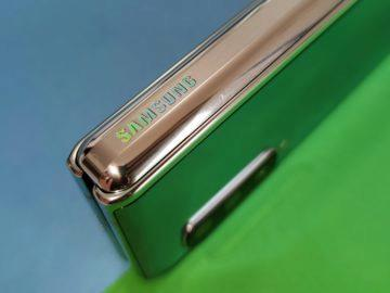 Samsung Galaxy Fold hřbet