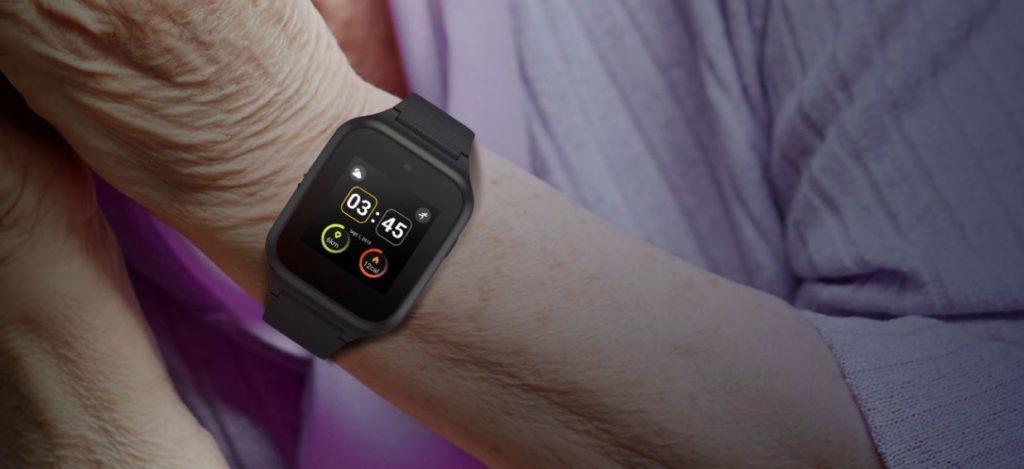 Chytré hodinky pro seniory TCL MOVETIME Family Watch MT40S na ruce