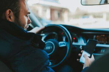 použití mobilu za volantem ilustrační foto