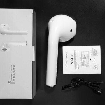 Reproduktor ve tvaru obřího sluchátka s krabicí