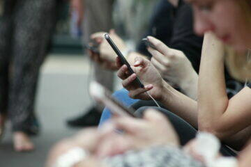 mobil v ruce chatování