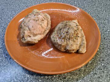 hotové vepřové maso na talíři