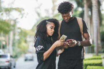 kontrolování telefonu partnerovi špatné návyky s mobilním telefonem