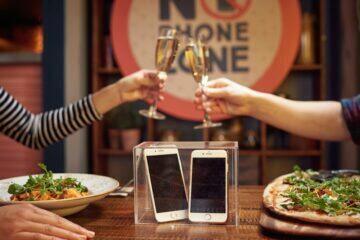 používání telefonu u večeře