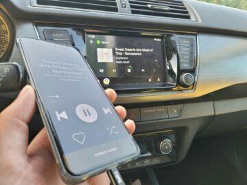 Jak v autě pouštět hudbu z mobilu Android Auto displej telefonu