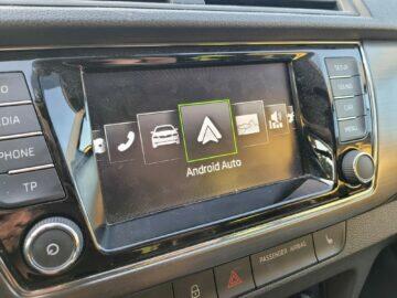 Jak v autě pouštět hudbu z mobilu Android Auto menu