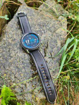 Samsung Galaxy Watch 3 na kameni