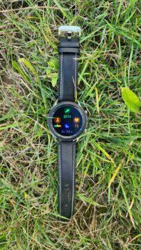 Samsung Galaxy Watch3 vertikální tráva