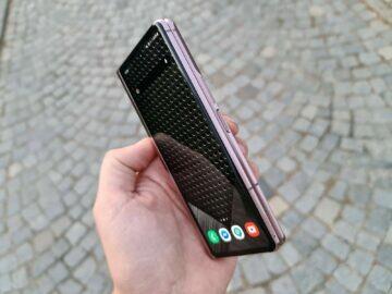 Samsung Galaxy Z Fold2 v ruce menší displej hrana