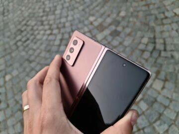 Samsung Galaxy Z Fold2 v ruce záda