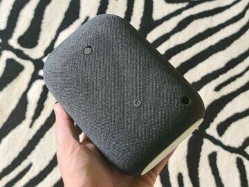 Nest Audio šedá v ruce
