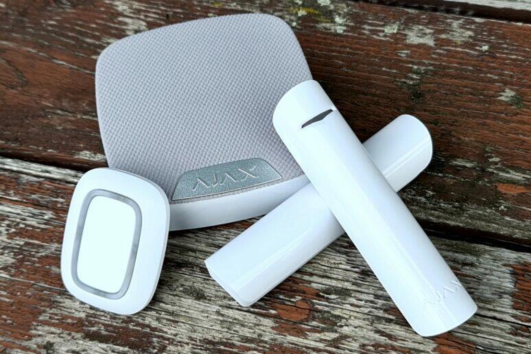 AJAX domácí siréna tlačítko dveřní senzor recenze
