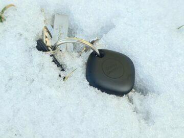 Samsung Galaxy SmartTag ve sněhu
