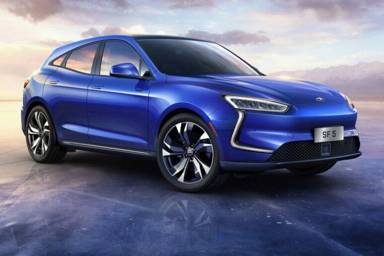Huawei začíná prodávat první elektromobil SERES SF5