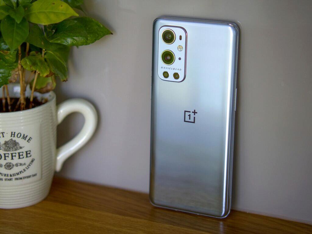 OnePlus stříbrná barevná verze