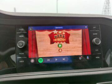 Android Auto dotykové hry hraní GearSnacks Word Detector
