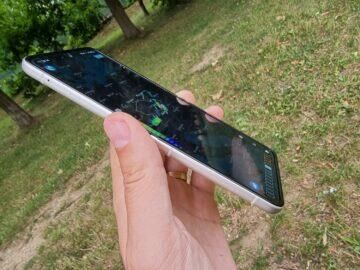 Samsung Galaxy Z Flip3 recenze displej v ruce odlesk bok