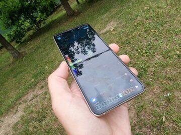 Samsung Galaxy Z Flip3 recenze displej v ruce odlesk čelo