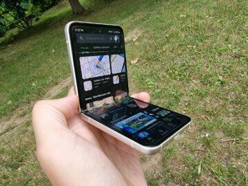 Samsung Galaxy Z Flip3 recenze displej v ruce ohnutý