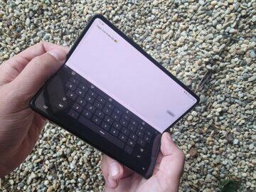Samsung Galaxy Z Fold3 recenze ruce klávesnice