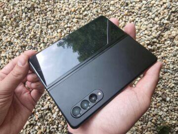 Samsung Galaxy Z Fold3 recenze ruce záda